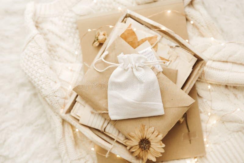 Fondo acogedor del invierno con las viejas letras y las flores secas imagen de archivo libre de regalías