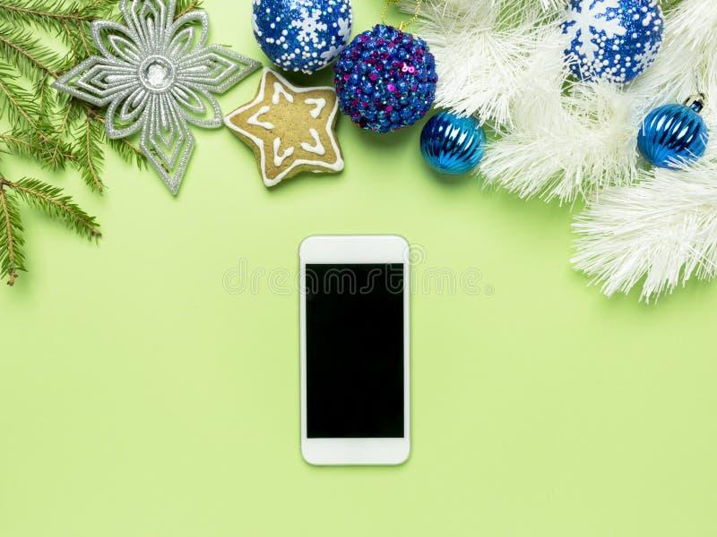 Fondo adorabile 2019 del buon anno e di Buon Natale, con il cellulare su fondo verde immagine stock