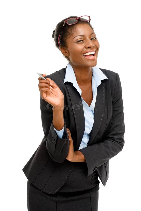 Fondo afroamericano felice di bianco della penna di tenuta della donna di affari immagine stock libera da diritti