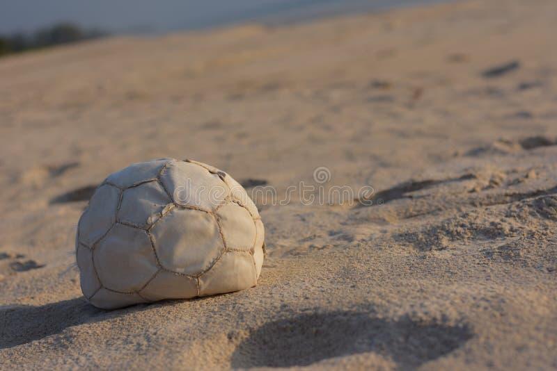 Fondo agradable de la playa del tiempo de la bola imagen de archivo