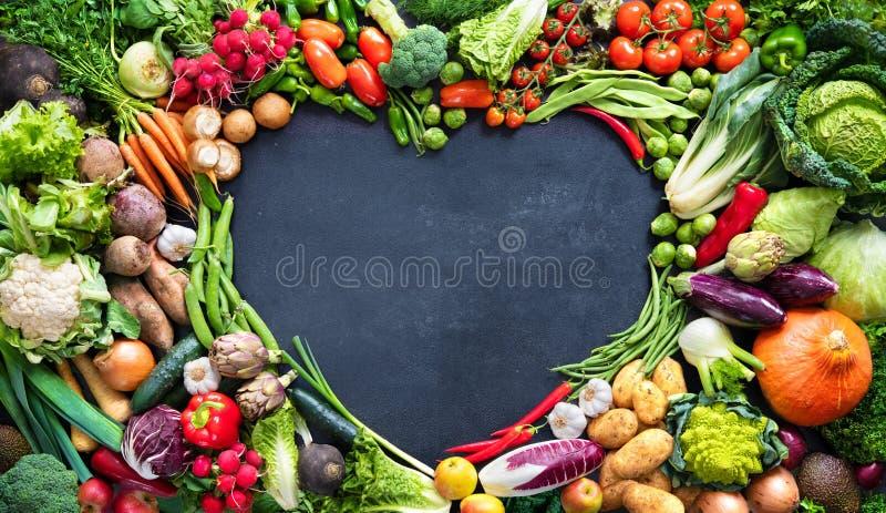 Fondo alimentario con una variedad de hortalizas orgánicas frescas fotografía de archivo