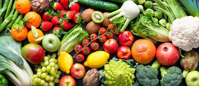 Fondo alimentario con variedad de frutas y hortalizas orgánicas frescas imagen de archivo