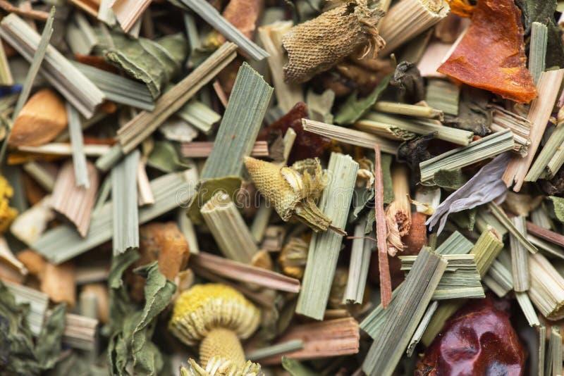 Fondo alpino de la textura de la infusión de hierbas del prado Mezcle el té con las frutas secadas y las flores secadas foto de archivo libre de regalías