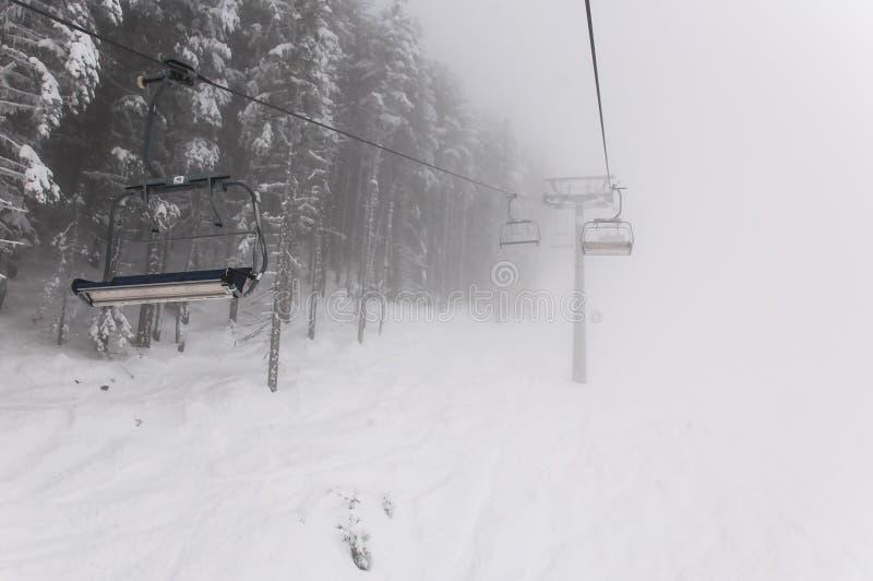 Fondo alpino del invierno con el terreno ountainous y la textura nevada de los árboles con la telesilla Bansko, Bulgaria fotos de archivo