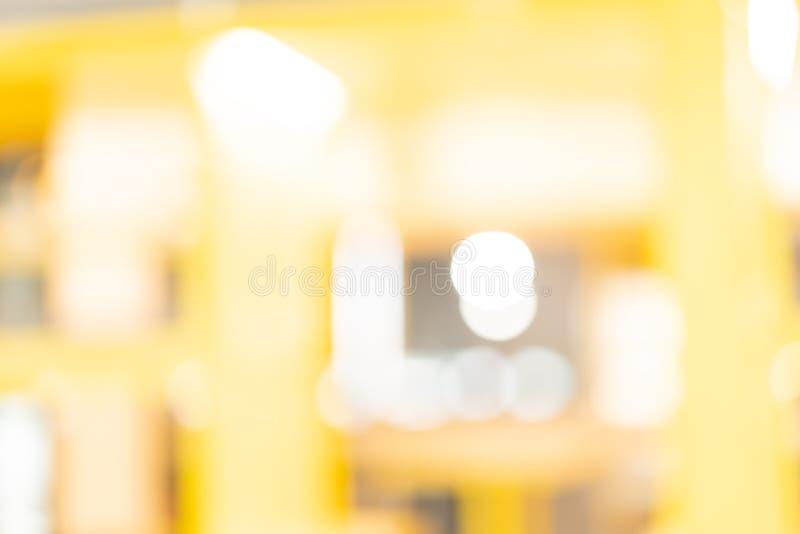 Fondo amarillo abstracto de la falta de definición en el centro comercial para el diseño, Bokeh en fondo amarillo imágenes de archivo libres de regalías