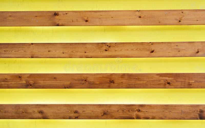 Fondo amarillo con las tiras de madera fotografía de archivo libre de regalías