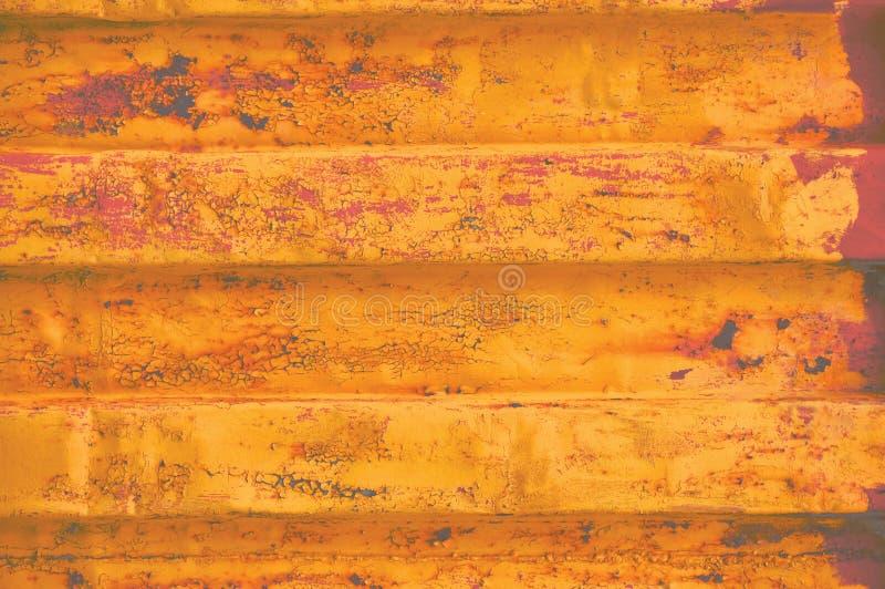 Fondo amarillo de contenedor de mar del grunge, modelo acanalado oxidado oscuro, cartilla roja que cubre el acero detallado aherr fotografía de archivo libre de regalías