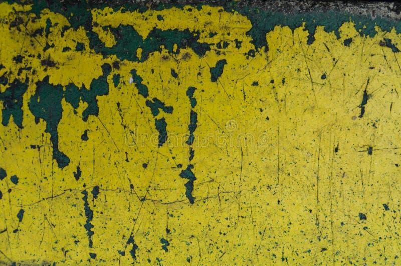fondo amarillo del extracto de la textura del rasguño Moho y p de la peladura fotos de archivo