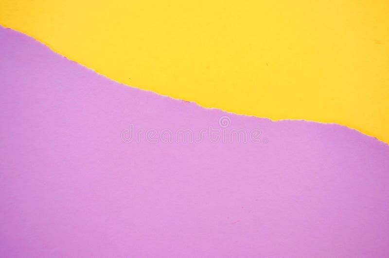 Fondo amarillo y violeta del papel de color en colores pastel fotos de archivo