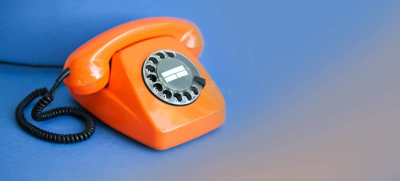 Fondo anaranjado del azul del teléfono Concepto plástico del centro de atención telefónica de la comunicación del receptor del mi foto de archivo