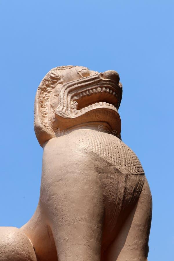 Fondo antico della statua e del cielo blu del leone dello stucco immagini stock