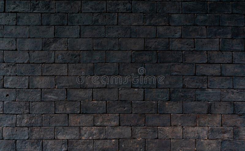 Fondo approssimativo di struttura del muro di mattoni nero e marrone con spazio per testo Fondo per il concetto triste, disperato fotografia stock