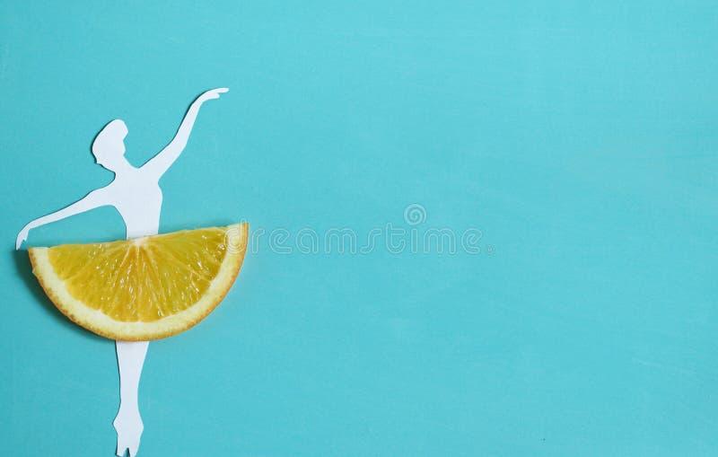 Fondo arancio della frutta con il ballerino di balletto, frutta esotica dell'agrume fotografia stock libera da diritti