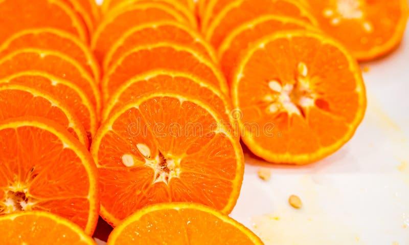 Fondo arancio della frutta del taglio fresco, molti pezzi di arance, foto alta vicina di macro di alimento sano, vista superiore immagine stock libera da diritti