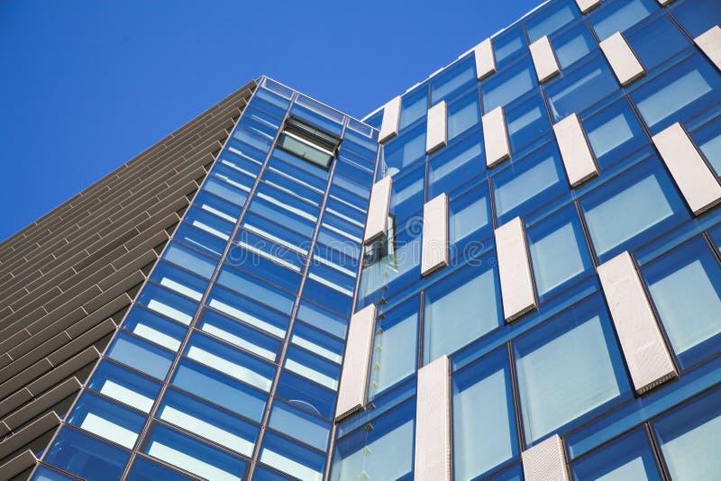 Fondo arquitectónico con la fachada moderna del edificio de oficinas imagen de archivo