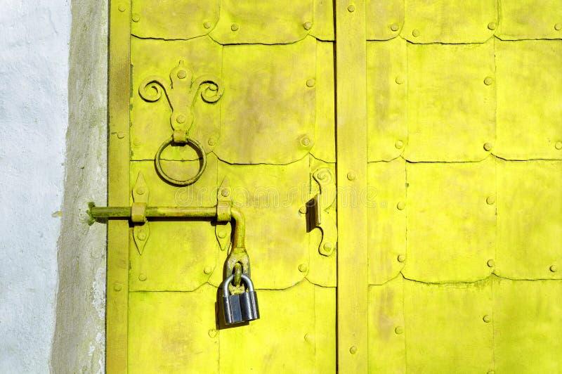 Fondo arquitectónico del Grunge - puerta de acero amarilla brillante envejecida fotografía de archivo libre de regalías