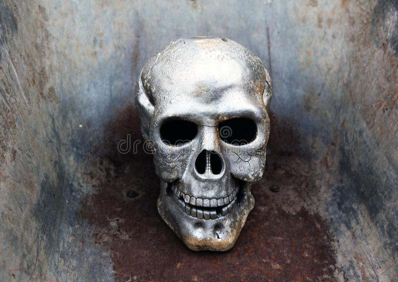 Fondo arrugginito del metallo del cranio immagine stock