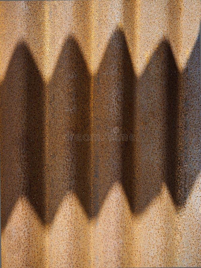 Fondo arrugginito di struttura della superficie della lastra di zinco con ombra immagini stock