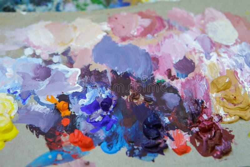 Fondo artístico abstracto de una paleta vieja con las pinturas secadas en ella foto de archivo