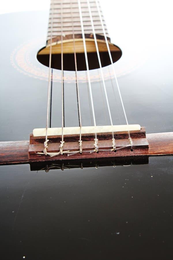 Fondo artsy del POV de la guitarra Ejemplo de la música Primer blanco y negro de la guitarra imagen de archivo libre de regalías