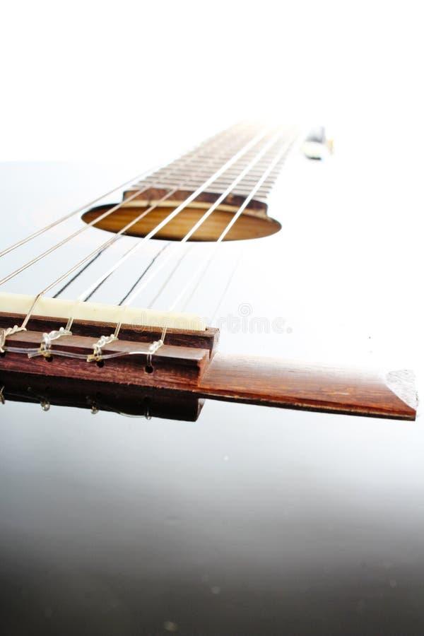 Fondo artsy del POV de la guitarra Ejemplo de la música Primer blanco y negro de la guitarra imagen de archivo