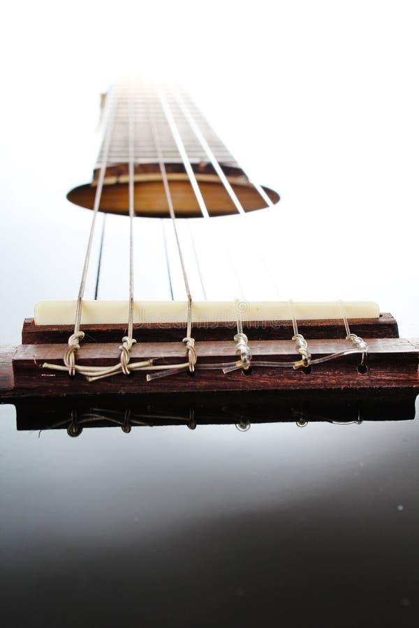 Fondo artsy del POV de la guitarra Ejemplo de la música Primer blanco y negro de la guitarra imágenes de archivo libres de regalías