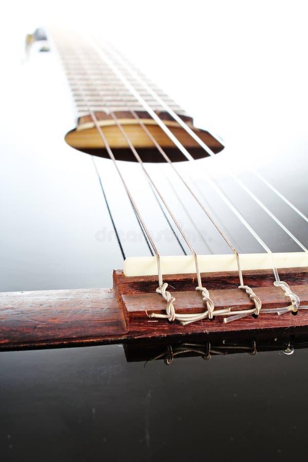 Fondo artsy del POV de la guitarra Ejemplo de la música Primer blanco y negro de la guitarra Instrumento de la obra clásica de la imagen de archivo
