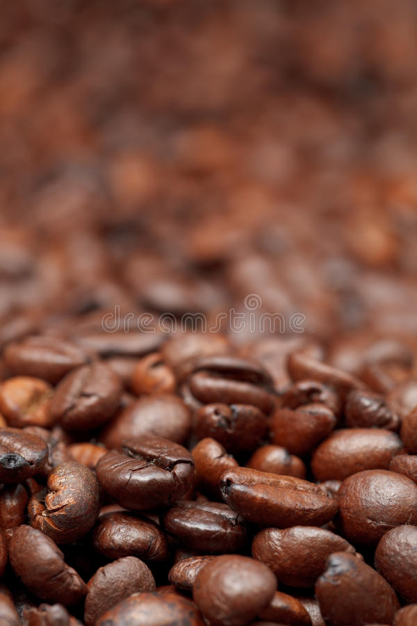 Fondo asado oscuridad de los granos de café fotos de archivo libres de regalías