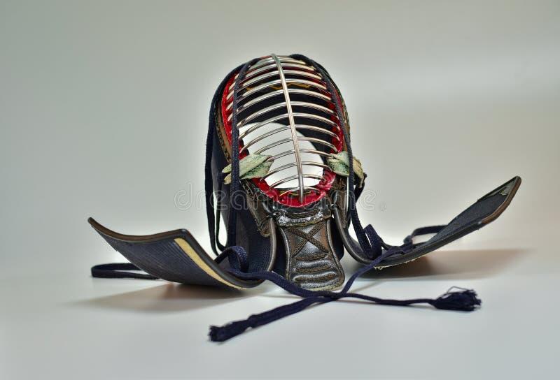 Fondo ascendente del blanco del aislante del cierre del casco de Kendo fotos de archivo