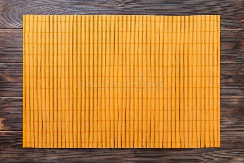 Fondo asiatico vuoto dell'alimento Stuoia di bambù gialla sulla vista superiore del fondo di legno con la disposizione piana dell fotografie stock