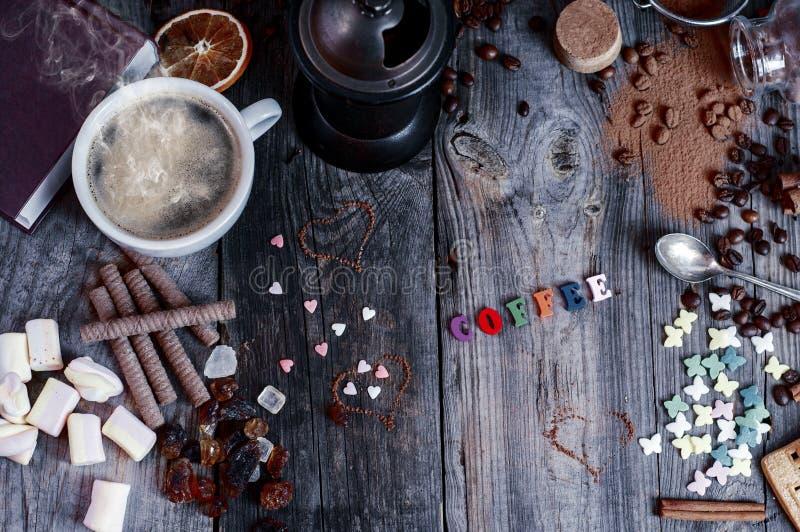 Fondo astratto con i dolci e una tazza di caffè nero su un g immagini stock libere da diritti
