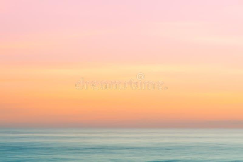 Fondo astratto del cielo di alba e della natura dell'oceano