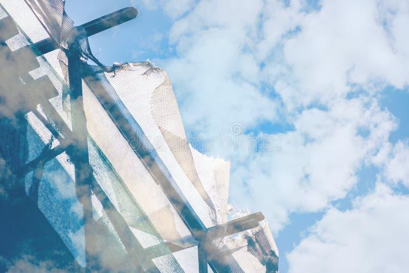 Fondo astratto del fabbricato industriale con l'armatura nelle nuvole fotografie stock