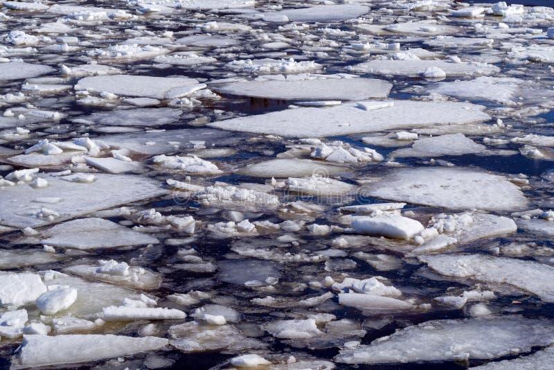 Fondo astratto del ghiaccio di spostamento su acqua fotografie stock