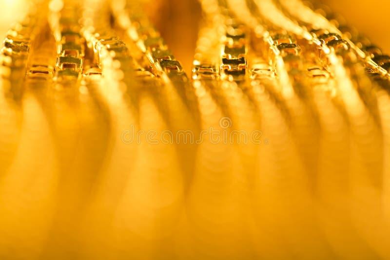 Fondo astratto dell'oro, catena dorata vaga di De Focused fotografie stock libere da diritti