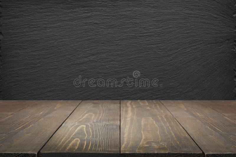 Fondo astratto della cucina Svuoti il ripiano del tavolo di legno e la lavagna nera dell'ardesia per esposizione o il montaggio fotografie stock libere da diritti