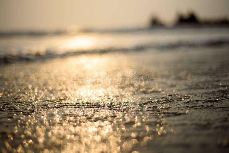 Fondo astratto della sfuocatura, sulla spiaggia immagine stock