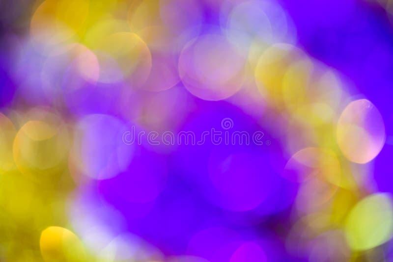 Fondo astratto della sfuocatura viola-gialla ottica naturale della lente fotografie stock libere da diritti