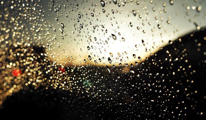Fondo astratto delle goccioline di acqua sul vetro dell'automobile immagini stock libere da diritti