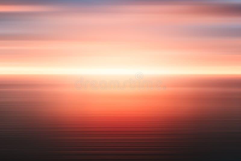 Fondo astratto di alba del mare e del cielo nuvoloso sopra  Acqua di mare del mosso e cielo rosso con le nuvole immagine stock