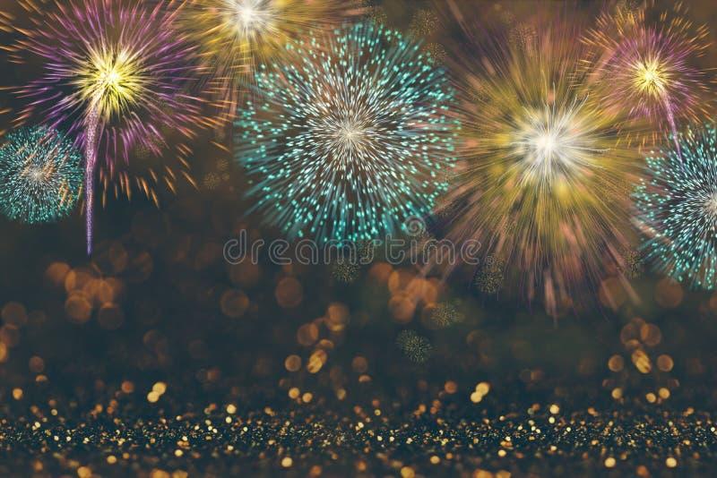 Fondo astratto di celebrazione con i fuochi d'artificio variopinti e le luci del bokeh immagini stock