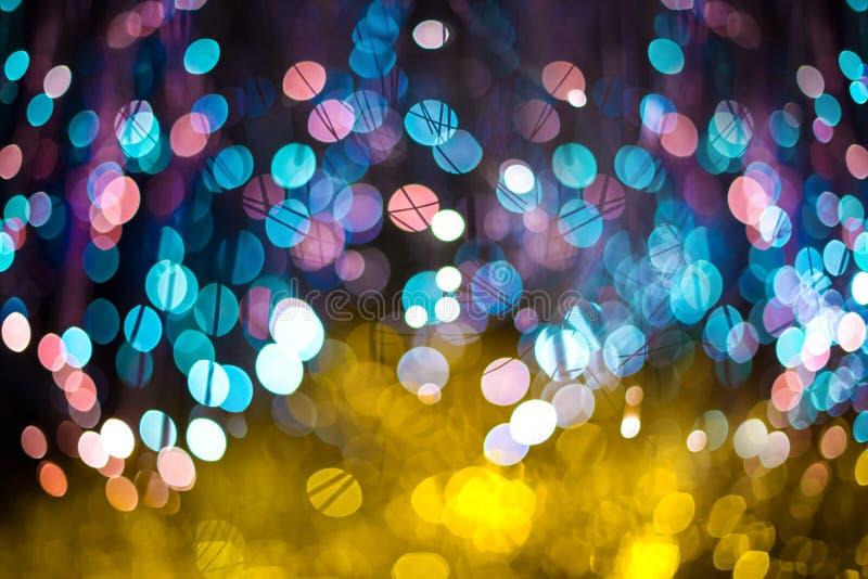 Fondo astratto elegante di Natale festivo con le luci e le stelle porpora ed al neon del bokeh immagine stock