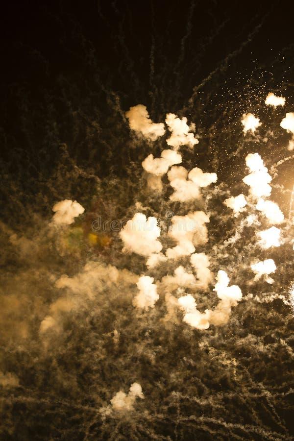 Fondo astratto: Fumo dei fuochi d'artificio colorato seppia immagine stock