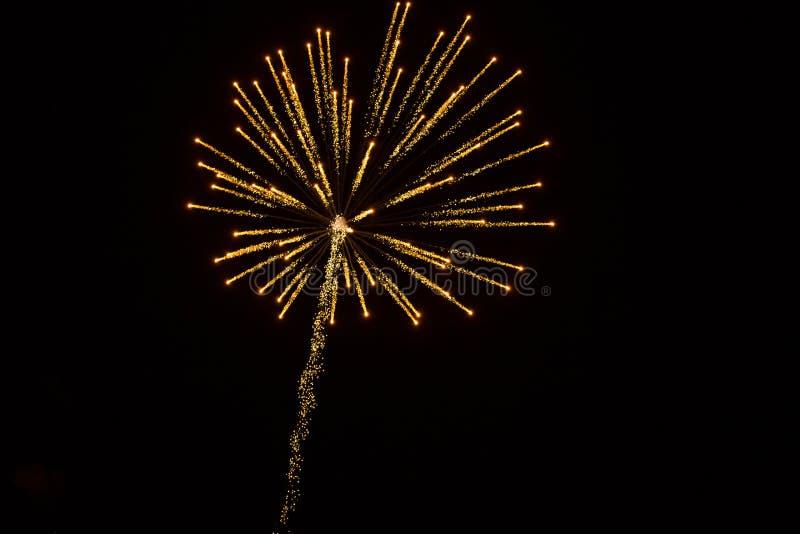 Fondo astratto: Fuzzy Golden Fireworks d'abbagliamento con la traccia immagine stock