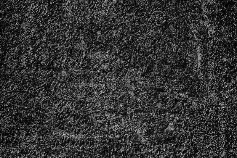 Fondo astratto scuro della parete strutturata nera incrinata del gesso fotografia stock