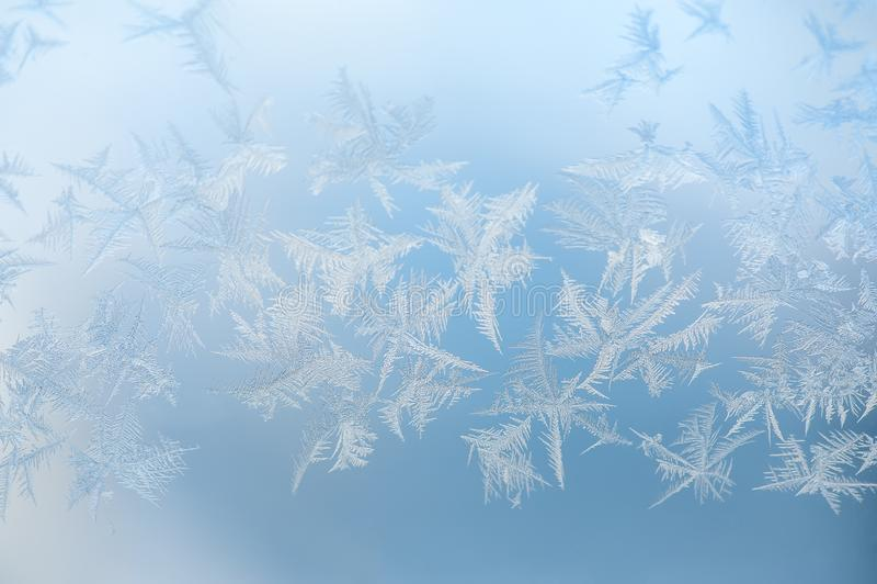 Fondo azul abstracto con los cristales blancos de la helada foto de archivo libre de regalías