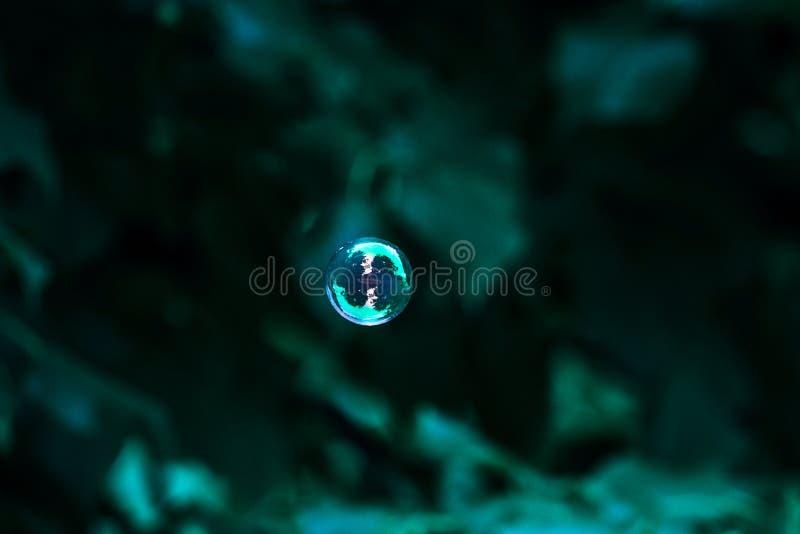 Fondo azul abstracto con una burbuja de jabón imagen de archivo
