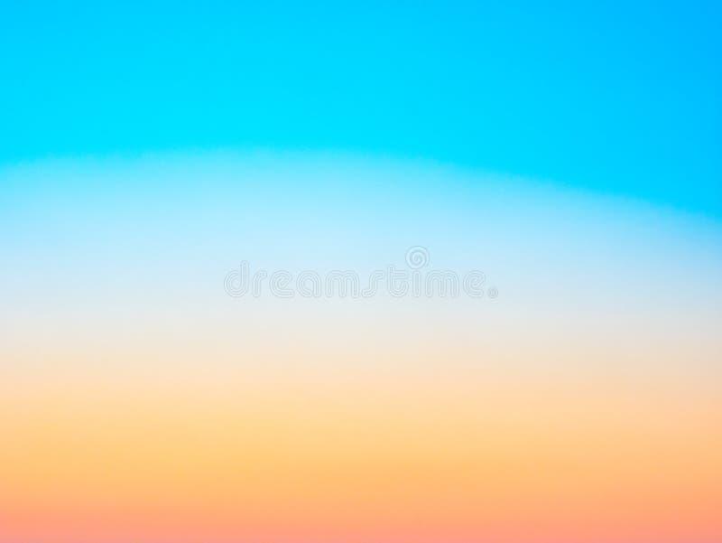 Fondo azul, amarillo y anaranjado borroso extracto Concepto del verano foto de archivo