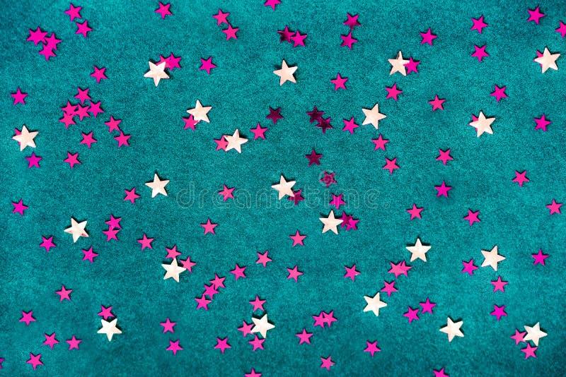 Fondo azul con las estrellas amarillas y rosadas imagenes de archivo