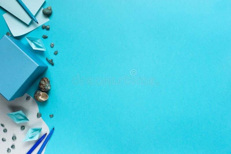 Fondo azul con los barcos de papel para los niños fotos de archivo